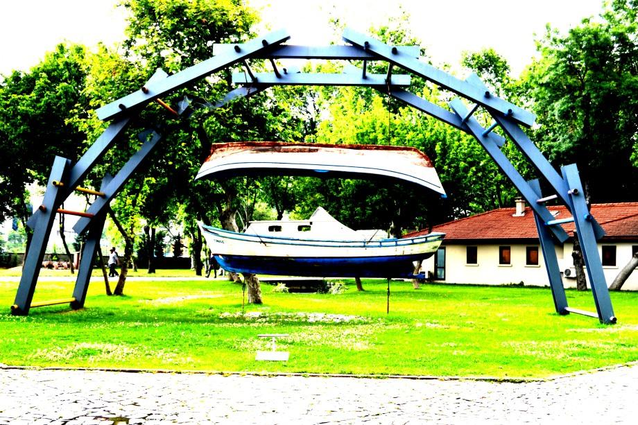 Bilgi hanging boat